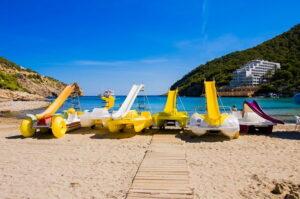 cala-llonga-ibiza-dorp-informatie-strand