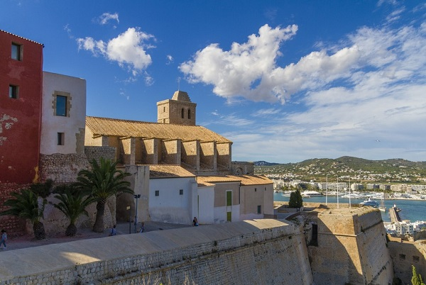 museum-ibiza-kathedraal-stad-overzicht-musea