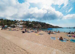 strand-cala-vadella-ibiza-dorp-winkels