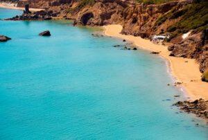 leuke-stranden-ibiza-waar-zwemmen